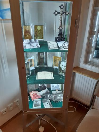 15. vitrina s fotografiemi rodicu a sourozencu sv.JNN v galerii