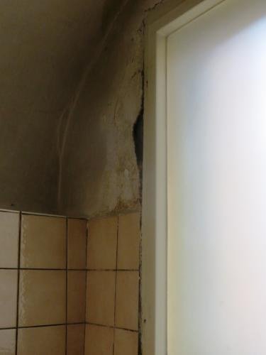 Puklina okno WC hovorna